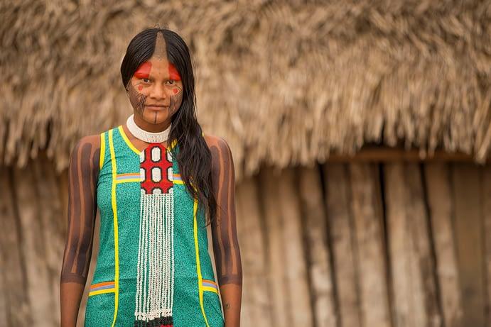 A modelo indígena Ngrejkampyre Kayapó com um colar Kayapó, vendido pela Tucum - empresa capta recursos na segunda rodada de empréstimo coletivo SITAWI